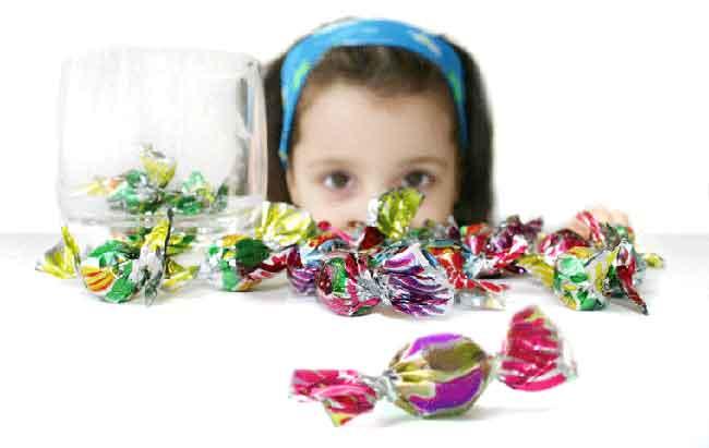 صورة أضرار ومخاطر تناول الحلوى على الأطفال
