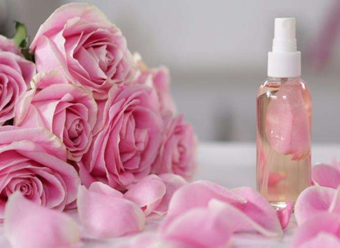 صورة فوائد ماء الورد للوجه والشعر وفوائد اخري كثيرة